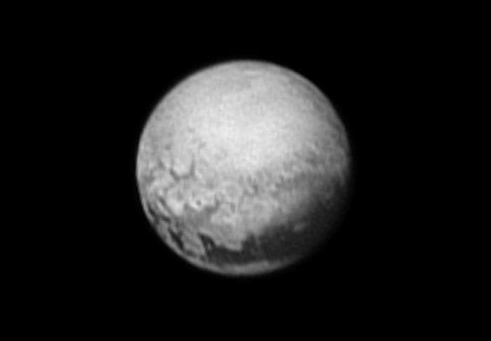 Una de las últimas imágenes enviadas por New Horizons, el 9 de julio de 2015. Las primeras muestras de la geología de Plutón. Vía NASA.