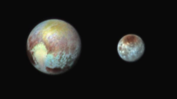 Plutón y su luna Caronte. Vía NASA.