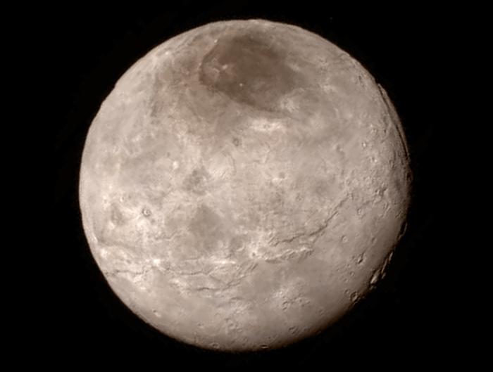 La superficie de Caronte. Vía NASA.